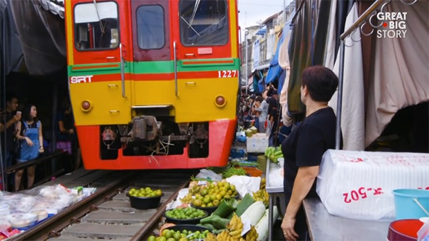 World's most dangerous market is located on the railway line Meklong