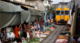 World's most dangerous market is located on the railway line Meklong